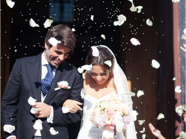 newlyweds petal shower and bouquet